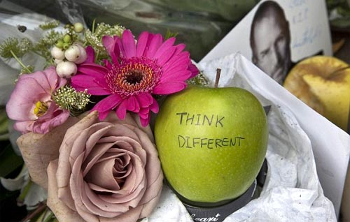 Flores, manzanas y fotos en tributo a la muerte de Steve Jobs