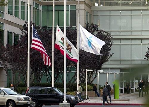 Banderas a media hasta recordando la muerte de Steve Jobs a las afueras de las oficinas de Apple
